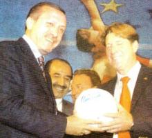 Ministerpräsident der Türkei Erdogan und Fußball-Legende Toni Schuhmacher